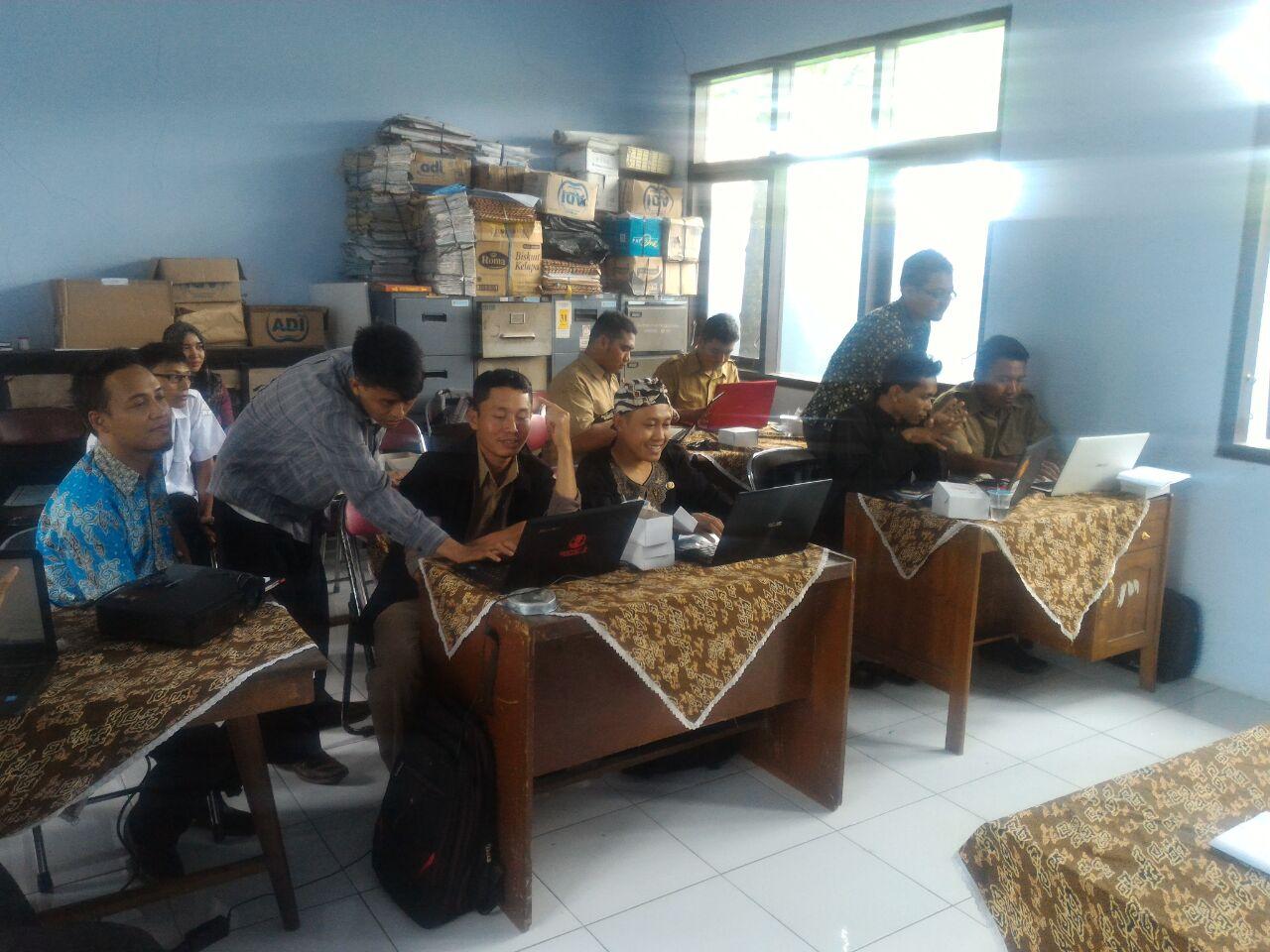 Antusiasme Peserta Pelatihan dalam mengikuti kegiatan Web Desa didampingi Bekti ( PLD ) dan tim PUSPINDES.